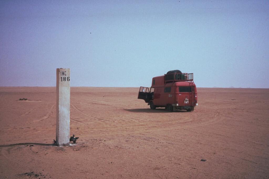 Mit einem umgebauten Mercedes Feuerwehrbus 1989 durch die Sahara.