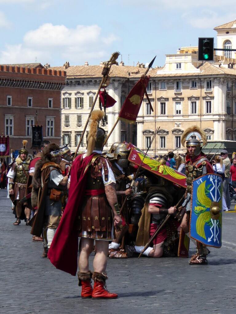 Römische Legionäre zeigen eine Kampftaktik