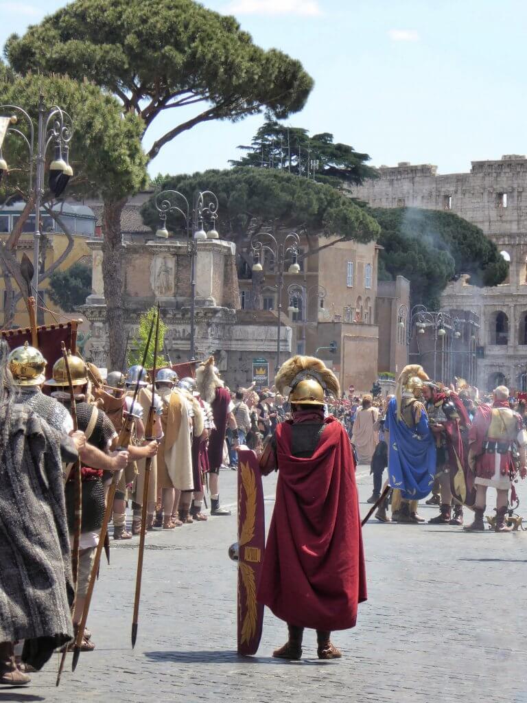 Am Weihealtar vor dem Kolosseum