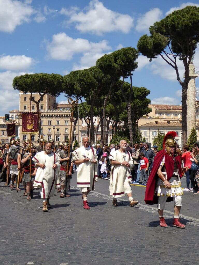 Römische Senatoren und Legionäre auf der Via dei Fori Imperiali