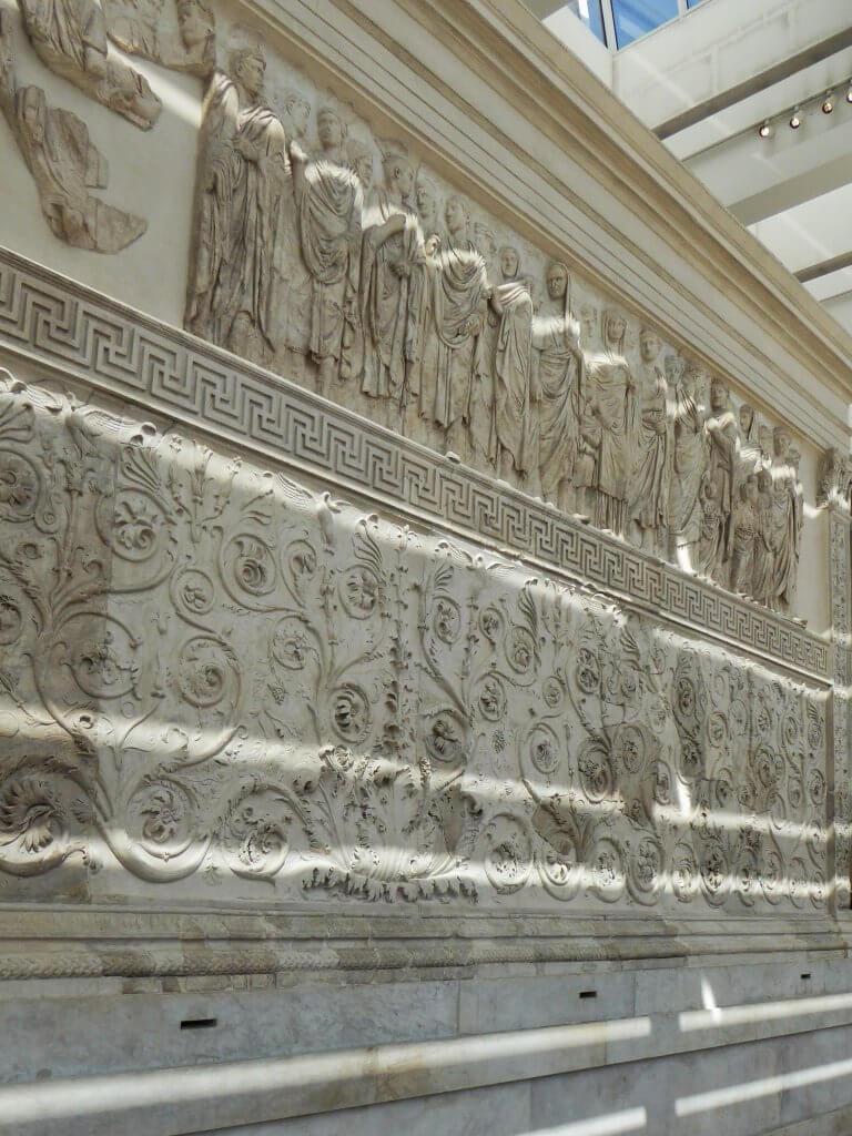 Das Relief auf der Südseite des Altars des Friedens des Augustus