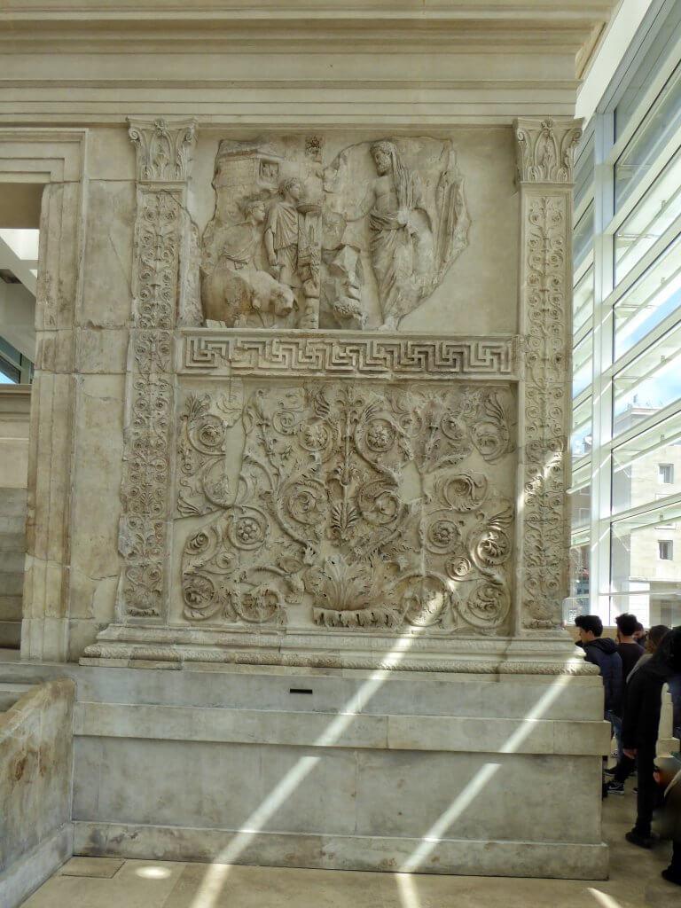 Aeneas, der Ahnherr aller Römer, bringt mit verhülltem Haupt ein Trinkopfer dar