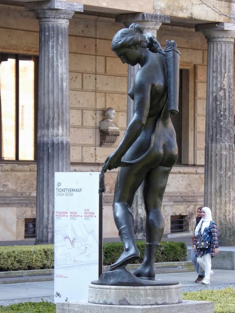 Statue der Diana im Kolonnadenhof
